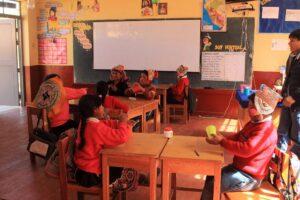 Niños y NIñas con los vasos en Ccoñamuro